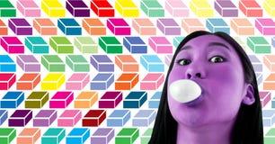 紫色与五颜六色的几何样式的妇女吹的bubblegum糖果 免版税库存照片
