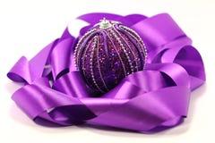 紫色丝带和球 免版税图库摄影