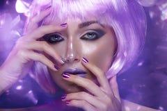 紫色假发的美丽的女孩 免版税库存图片