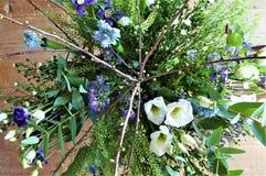 紫色和白花新鲜的花束  免版税库存照片