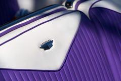 紫色和白革位子,卡迪拉克黄金国比亚利兹 库存图片