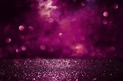 紫色和黑色闪烁光背景 defocused 免版税库存图片