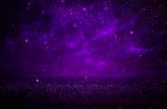 紫色和黑色闪烁光背景 defocused 免版税库存照片