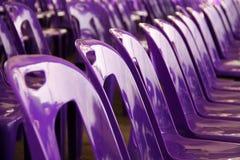 紫色塑料椅子 免版税库存照片