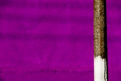 紫色墙壁和岗位 库存照片