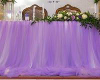 紫色婚礼装饰,注册详述餐馆 免版税库存图片