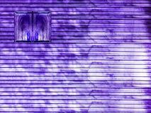 紫色木窗口和木头墙壁 免版税库存照片