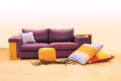 紫色沙发 免版税图库摄影