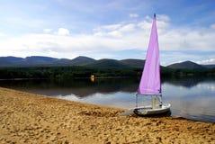 紫色游艇 库存照片