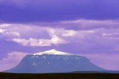 紫色火山 免版税库存照片