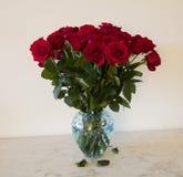 紫色玫瑰花束在绿松石花瓶的 免版税库存照片