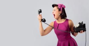 紫色礼服的美女有葡萄酒黑色电话的 库存照片