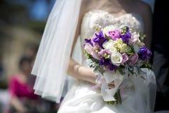 紫色空白葡萄酒婚礼花束 库存图片