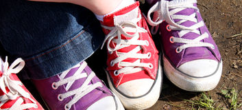 紫色红色运动鞋 免版税库存照片