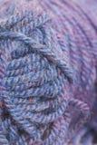 紫色羊毛宏观照片。 库存照片