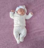 紫色背景的新出生的婴孩,从上面的图片 新 免版税库存照片