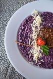 紫色色的意大利煨饭 免版税库存照片