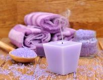 紫色蜡烛和海运盐 免版税库存图片