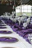 紫色设置表垂直的婚礼 图库摄影