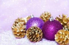 紫色金黄圣诞节 库存照片