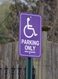 紫色障碍停车处标志 库存图片