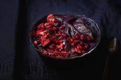紫色黑暗的圆滑的人碗用果子 库存照片