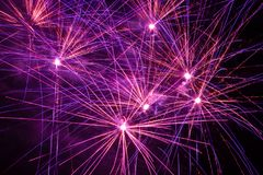 紫色,桃红色和橙色烟花 免版税库存图片