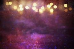 紫色,红色,桃红色,金子和黑闪烁光背景 defocused 库存照片