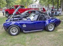 紫色&白色1965年福特Shelby眼镜蛇引擎端 免版税库存照片