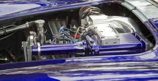 紫色&白色1965年福特Shelby眼镜蛇引擎 库存图片