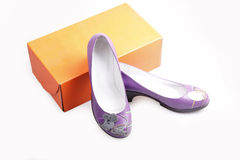紫色s穿上鞋子妇女 图库摄影