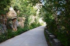 繁体中文与石头的山场面 库存照片