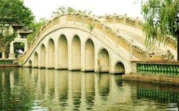 繁体中文在古老中国庭院,亚洲古典曲拱桥梁里成拱形桥梁在中国 库存图片