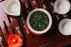 繁体中文在木桌上的茶具仪式 免版税库存照片