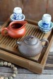 繁体中文在茶几的茶道辅助部件 免版税库存照片