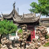 繁体中文大厦和岩石在Yu庭院,上海,中国 库存照片