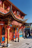 繁体中文房子,大理门面用花装饰的 库存图片