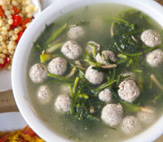 繁体中文猪肉丸子和菠菜汤 免版税库存照片