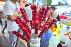 繁体中文糖果,称bingtang,是为销售o街道 It's变成了焦糖在串的果子 库存照片