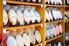 繁体中文茶行在架子的在茶购物,丽江 免版税图库摄影