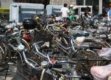 繁忙和拥挤自行车公园在北京 免版税库存照片