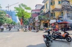 繁忙的交通地方日常生活和看法与摩托车的在河内老处所,越南的首都 人们能看见探索它 免版税图库摄影
