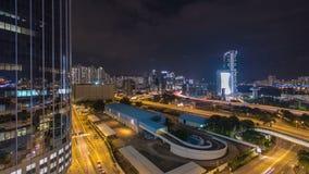 繁忙的交通夜顶视图在财务都市timelapse hyperlapse的与城市大厦全景,香港市 股票录像