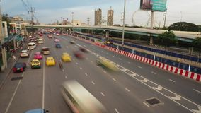 繁忙的交通时间间隔英尺长度在日落时间的,在Ramintra路 影视素材