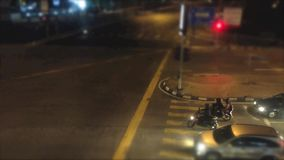 繁忙的交通时间间隔在路的晚上 股票录像