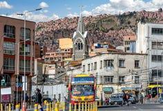 繁忙的交通街道在拉巴斯,玻利维亚 库存照片