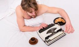 繁忙的作者写章节最后期限来 专业小说作家和文学辅导员创造性的工作 作家 图库摄影