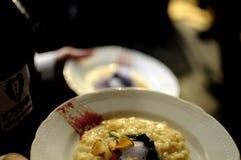 繁忙的侍者在拿着和供食在一块白色板材的餐馆迷人的好吃晚餐会的-烹调概念 库存照片