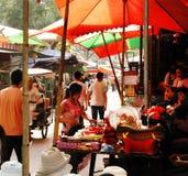 繁忙的农贸市场在X'ian中国 库存照片