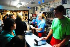 繁忙的冰淇凌柜台 库存图片